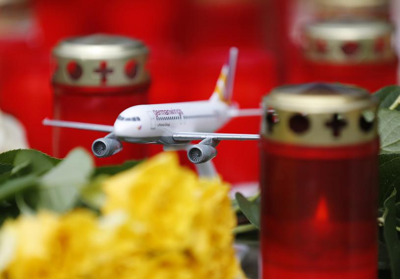 Model samolotu Germanwings pośród zniczy, jakie postawiono przed siedzibą linii lotniczej w Bonn, po tym, jak jeden z pilotów popełnił samobójstwo, celowo rozbijając maszynę z 150 pasażerami na pokładzie. /Wolfgang Rattay /Agencja FORUM